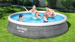 Familie spielt in einem Bestway Pool